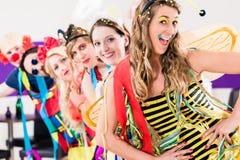 Partifolk som firar karneval Royaltyfri Bild