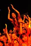 Partifolk under en levande konsert Arkivbilder