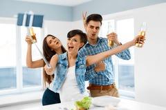 Partihem Vänner som tar Selfie som firar ferie Friendsh royaltyfri fotografi