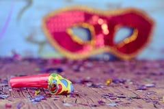 Partihorn, konfettier och karnevalmaskering Royaltyfria Foton