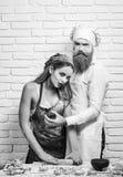 Partij bakkers Baker en meisje met stersnijder royalty-vrije stock afbeeldingen