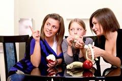 Partij. Drie vrolijke meisjes. Royalty-vrije Stock Afbeeldingen