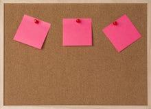 Partij een roze stickry nota over houten kadercork raad Stock Foto