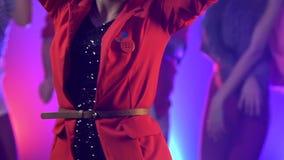 Partij flythrough schot van mensen die muziek met disco dansen te koelen Rook achtergrond Langzame Motie stock footage