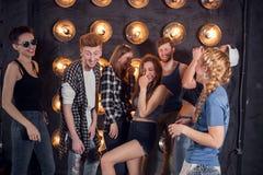 Partij met vrienden Groep vrolijke jongeren die sterretjes dragen Stock Afbeelding