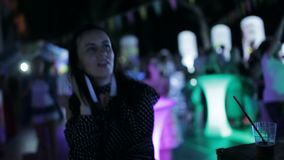 Partij op de straat Meisje die in de menigte bij een openluchtdisco dansen De dansende meisjes in een disco stock videobeelden