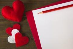 Partij rode die harten van gevoeld document en een potlood worden gemaakt Stock Fotografie