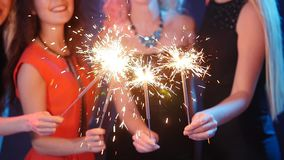 Partij, vakantie, nachtleven en gelukkig nieuw jaarconcept - Groep gelukkige vrouwen die pret met sterretjes hebben stock video