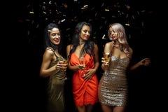 Partij, vakantie, viering, nachtleven en mensenconcept - glimlachende vrienden die in club dansen stock foto