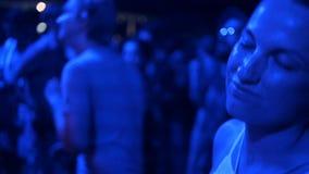 Partij, vakantie, viering, nachtleven en mensenconcept - glimlachende vrienden die in club dansen of openlucht stock footage