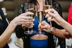Partij, vakantie, viering, nachtleven en mensenconcept - KMIO royalty-vrije stock fotografie