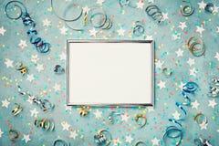 Partij, van Carnaval, van Kerstmis of van de verjaardag achtergrond verfraaid zilveren kader met confettien en wimpel Vlak leg Va royalty-vrije stock afbeeldingen