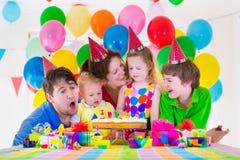Partij van de familie de vierende verjaardag Stock Afbeeldingen