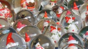 Partij van decoratieve van sneeuwbol of Kerstmis ballen met binnen Santa Claus Kerstmis en van het Nieuwjaar decor voor het huis  stock videobeelden