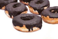 Partij van Donuts met chocoladeverglazing stock foto