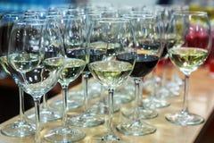 Partij van glazen met champagne en rode wijn Stock Foto