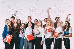 Partij van het bureau de nieuwe jaar Jonge mensen die pret hebben royalty-vrije stock afbeeldingen