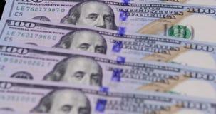 Partij van honderd dollarsbankbiljetten stock video