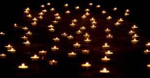 Partij van Kaarsen op Grond Stock Foto's