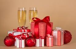Partij van Kerstmisgiften in verschillende mooie dozen, glazen champagne, op beige Royalty-vrije Stock Afbeelding