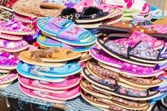 Partij van kleurenpantoffels op de markt Stock Foto