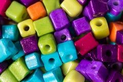 Partij van kleurrijke gekubeerde parels stock fotografie