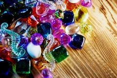 Partij van kleurrijke glasparels en heldere kleuren op hout Royalty-vrije Stock Foto