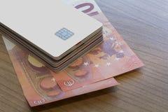 Partij van Krediet of Debetkaart op Euro Nota's Stock Foto