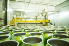 Partij van lege aluminiumblikken voor dranken Stock Afbeelding