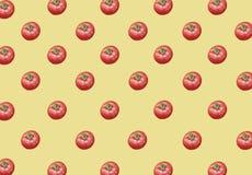 Partij van organische gezonde verse grote rode rijpe tomaten op gele achtergrond Stock Foto's