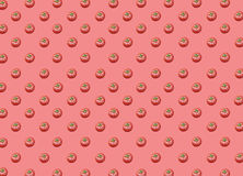 Partij van organische gezonde verse grote rode rijpe tomaten op rode achtergrond Stock Foto's