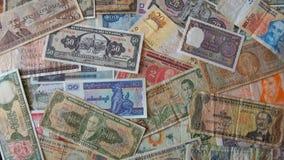 Partij van oude bankbiljetten van verschillende landen van de wereld wanordelijk als achtergrond royalty-vrije stock afbeeldingen