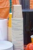 Partij van papperkoppen bij het festival van het de zomervoedsel stock foto