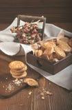 Partij van rond biscuites en droge rozen in houten doos Stock Foto