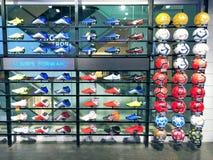 Partij van sportschoenen op Plank stock fotografie