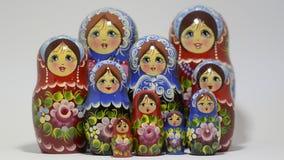 Partij van traditionele Russische matryoshkapoppen op witte achtergrond stock videobeelden