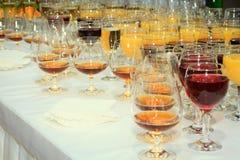 Partij van wijnglazen met alcoholische dranken op royalty-vrije stock fotografie