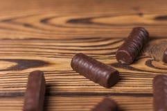 Partij van yummy chocoladesuikergoed op oude doorstane houten lijst wordt verspreid die stock afbeelding