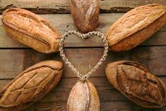 Partij verschillend brood op houten lijst royalty-vrije stock afbeeldingen