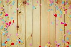 Partijachtergrond met kleurrijke confettien royalty-vrije stock afbeeldingen