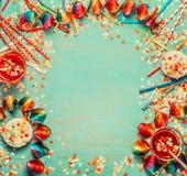 Partijachtergrond met rode decor, hulpmiddelen, confettien, cake en dranken, kader, hoogste mening stock afbeeldingen