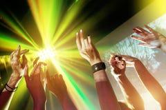 Partijconcept met handen en lichte stralen royalty-vrije stock afbeeldingen