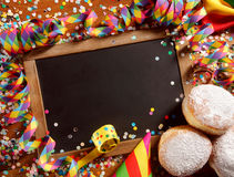 Partijgrens of kader met koekjes en confettien Royalty-vrije Stock Foto's