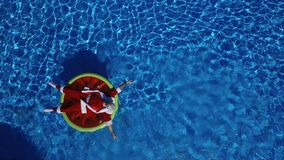 Partijkerstman in zwembad op watermeloenvlotter stock videobeelden