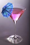 Partijmeisje Roze partijcocktail met blauwe paraplu stock foto