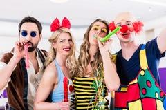 Partijmensen die Carnaval of nieuwe jarenvooravond vieren royalty-vrije stock foto's