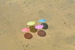 Partijparaplu's in het zand Stock Foto's