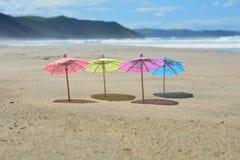 Partijparaplu's met kust op achtergrond Royalty-vrije Stock Fotografie