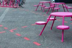 Partijplaats, koffie op de straat Er zijn lijsten, stoelen in de duidelijke plaatsen op de stoep, dichtbij het parkeren stock foto's