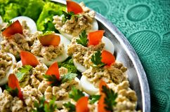 Partijschotel van Eieren met vissen worden gevuld die Royalty-vrije Stock Afbeelding